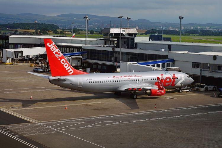 Sebuah pesawat milik maskapai penerbangan Jet2 di bandara Glasgow, Skotlandia.