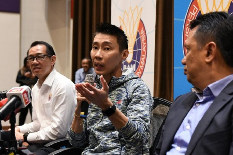 Pebulu tangkis tunggal putra Malaysia, Lee Chong Wei (tengah), berbicara pada sebuah konferensi pers di Kuala Lumpur, Malaysia, 8 November 2018.
