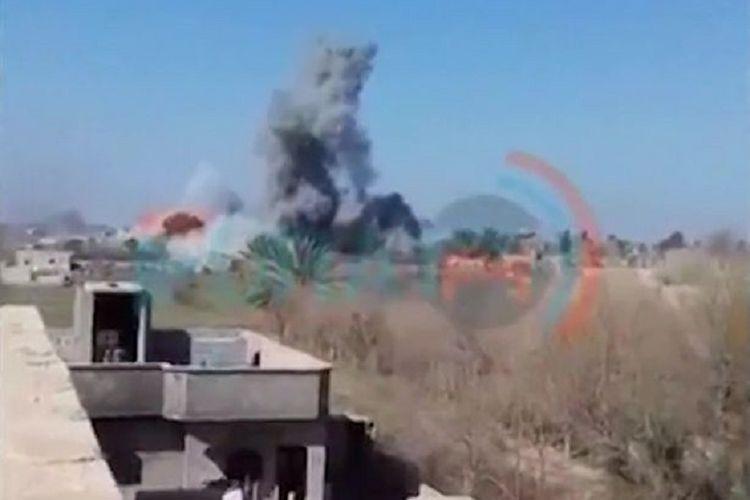 Kepulan asap terlihat dari Baghouz, Suriah, yang diyakini merupakan bom bunuh diri dari anggotanya untuk mempertahankan kantong pertahanan terakhir mereka.
