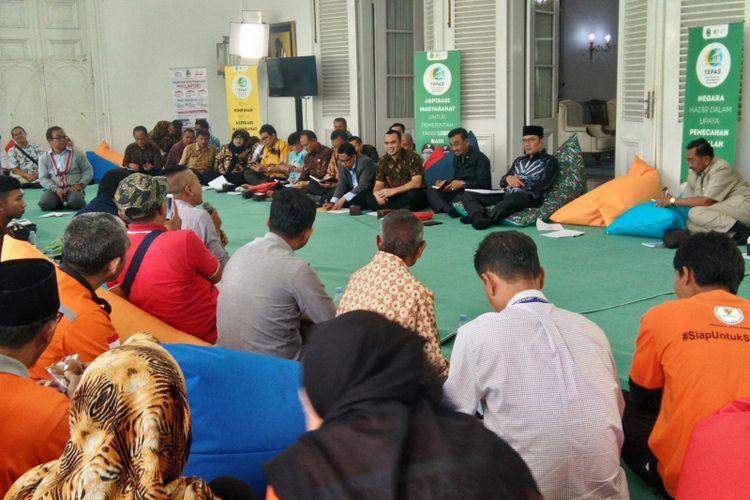Gubernur Jawa Barat Ridwan Kamil saat mendengar aspirasi warga dalam acara Temu Pimpinan untuk Aspirasi Masyarakat (Tepas) di Gedung Pakuan, Jalan Cicendo, Kamis (14/2/2019).