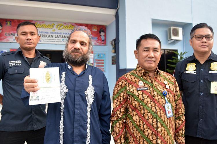Kepala Rudenim Pekanbaru, Junior Sigalingging (kemeja batik) mendampingi jajarannya saat mendeportasi seorang WNA asal Mesir bernama Tarek Ashour Mostafa Abdelaty, Jumat (15/2/2019).