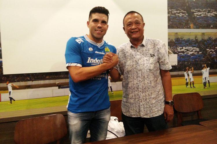 Komisaris Utama PT Persib Bandung Bermartabat (PBB) Zaenuri Hasyim saat memperkenalkan Fabiano Beltrame sebagai amunisi baru Persib di Graha Persib, Sabtu (23/3/2019).