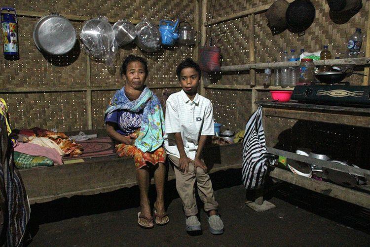 Senaru, Kompas.Com Taufik, bocah disabilitas bersama neneknya, Rumeni (60) hidup dalam.kemiskinan di gubuk sederhananya di Desa Senaru, Bayan, Lombok Utara.