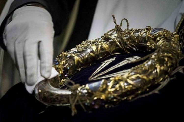 Inilah mahkota duri yang diyakini dipakai Yesus Kristus ketika disalib. Mahkota ini kini menjadi salah satu benda bersejarah yang diselamatkan dari Gereja Notre Dame, Paris, ketika kebakaran pada Senin (15/4/2019).