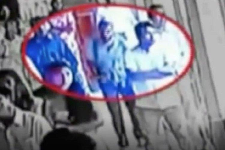 Potongan gambar dari rekaman CCTV yang dilingkari merah menunjukkan pria yang diyakini sebagai pelaku bom bunuh diri melewati jemaat sebelum masuk ke Gereja St St Sebastian di Negombo, Sri Lanka, sebelum melakukan aksinya Minggu (21/4/2019).
