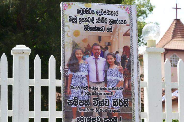 Jalan-jalan di sekitar gereja  St Sebastian dipenuhi spanduk untung memberi penghormatan kepada orang yang tewas dalam teror Minggu (21/4/2019) di Sri Lanka. (AFP/ LAKRUWAN WANNIARACHCHI)
