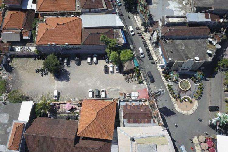 Kondisi lahan eks Sari Club saat ini dijadikan tempat parkir di kawasan Kuta yang ramai. (ABC News/Phil Hemingway)