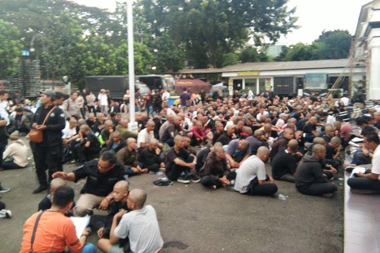 Ratusan anak muda dalam kelompok berbaju hitam diamankan aparat Polrestabes Bandung di tengah perayaan May Day di Bandung, Rabu (1/5/2019).