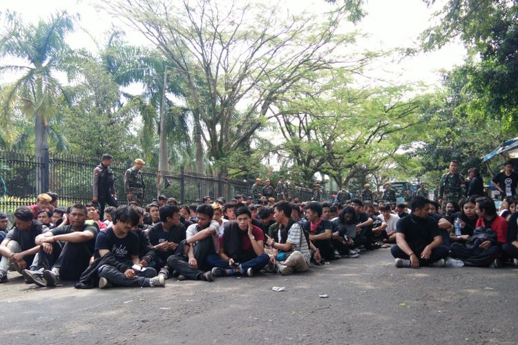 Ratusan anak muda diamankan aparat Polrestabes Bandung di tengah perayaan May Day di Bandung, Rabu (1/5/2019).