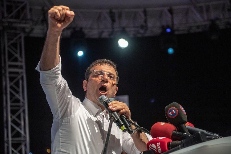 Pemenang pemilihan wali kota Istanbul dari kubu oposisi Partai CHP, Ekrem Imamoglu berbicara di hadapan pendukungnya usai KPU Turki memutuskan untuk menggelar pemiluhan ulang setelah partai berkuasa AKP memprotes kemenangan oposisi.