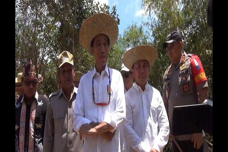 Presiden Joko Widodo saat kenakan Kalung Lilis Lamiang dan Tanggui Purun di titik calon lokasi Ibu Kota baru