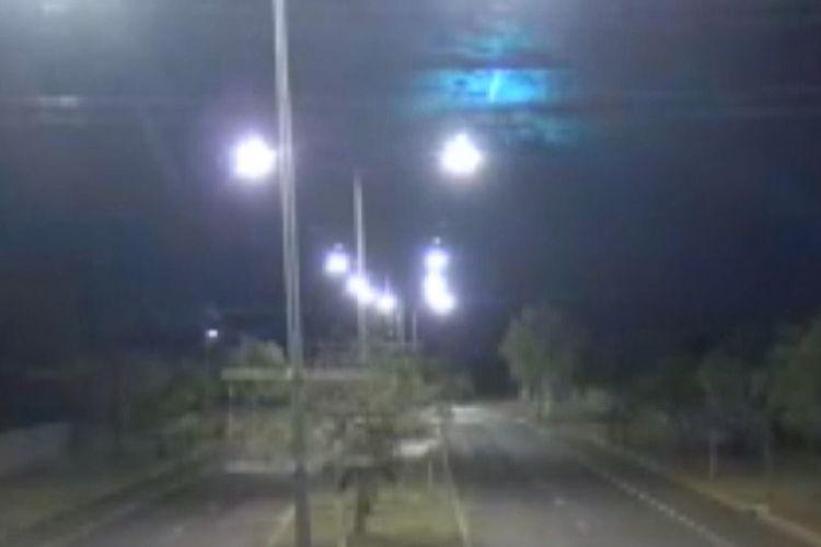 Lintasan meteor terekam CCTV polisi Australia di Alice Springs. (ABC News)