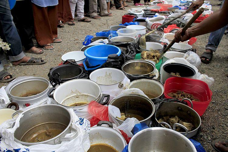 Memperingati Nuzulul Quran, warga Desa Lamgeulumpang, Kecamatan Ulee Kareng, Banda Aceh secara bergotong royong memasak 24 kuali kuah beulangong (kari khas Aceh Besar) sebagai menu utama untuk berbuka puasa, Minggu (26/05/2019).