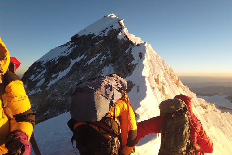 Pendaki berjalan menuju puncak Everest, Nepal, pada 22 Mei 2019. (REUTERS/Phurba Tenjing Sherpa)