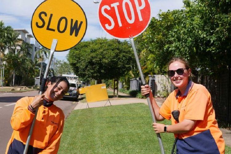 Profesi lollypop lady kini populer di kalangan perempuan pemegang working holiday visa (WHV) di Australia. (ABC News/Gabrielle Lyons)