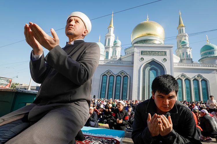 Warga ??Muslim di Rusia menghadiri sholat Id di dekat Masjid Katedral Moskwa, pada Selasa (4/6/2019). (REUTERS/Shamil Zhumatov)