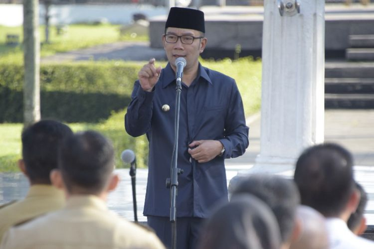 Gubernur Jawa Barat Ridwan Kamil saat memimpin apel pagi di Gedung Sate, Jalan Diponegoro, Senin (10/6/2019).