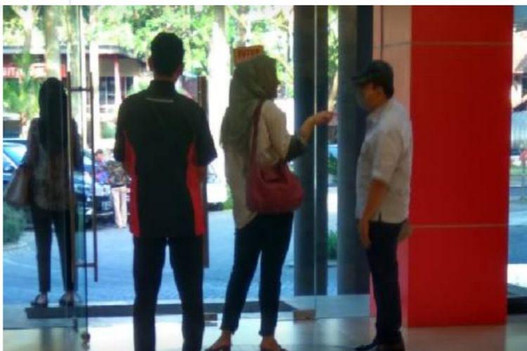 Foto terpidana kasus korupsi Setya Novanto yang beredar di dunia maya. Ia keperkog tengah pelesiran di suatu toko bangunan di kawasan Padalarang, Kabupaten Bandung Barat, Jumat (14/6/2019) kemarin.