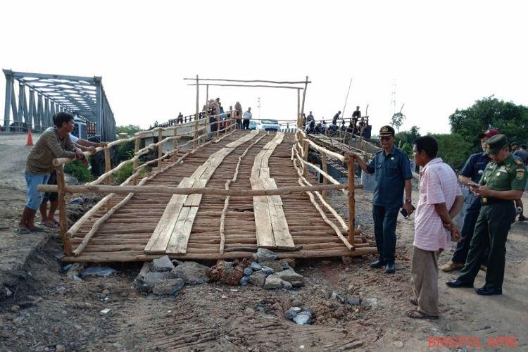 Jembatan darurat yang telah dibangun dan siap dilintasi oleh kendaraan dengan tonase di bawah 4 ton.