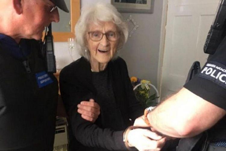 Josie Bird sumringah ketika dua polisi dari Kepolisian Manchester Besar datang untuk menangkapnya. Nenek 93 tahun itu mengaku ingin ditangkap polisi sebagai permintaan terakhir.