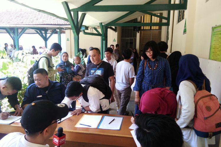 Para orangtua siswa saat mengantre menunggu hasil pengumuman PPDB 2019 di SMA Negeri 5 Bandung di Jalan Belitung, Bandung, Jawa Barat, Sabtu (29/6/2019).