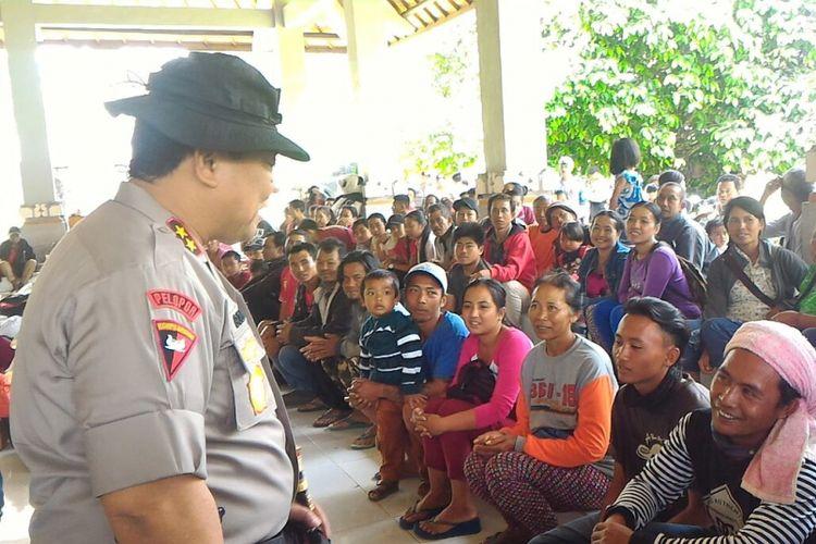 Kapolda Bali Irjend Pol Petrus R Golose saat berdialog dengan pengungsi di Kantor Unit Pelaksana Teknis Daerah Kecamatan Rendang, Jumat (21/9/2017).