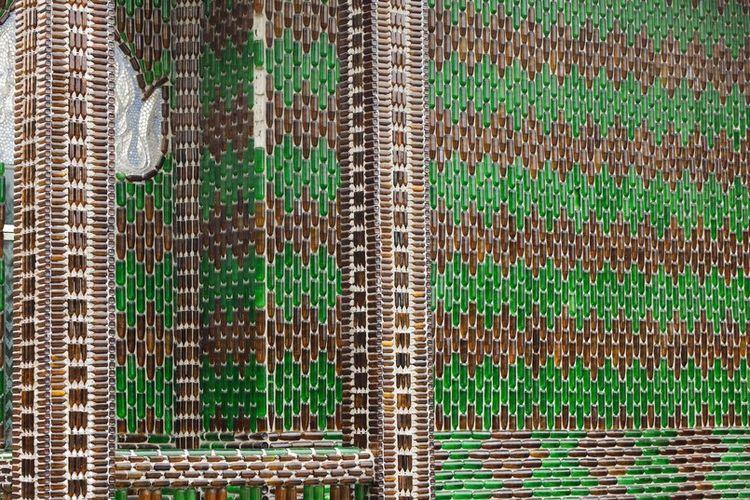 Perangi Polusi, Tempat Ibadah Ini Dibangun Menggunakan Jutaan Botol Bir