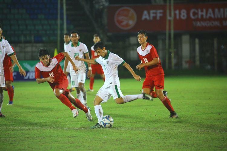 Pemain Timnas U-19 Indonesia, Muhammad Iqbal, berusaha melepaskan tembakan ke gawang Filipina dalam laga penyisihan Grup B Piala AFF U-18, Kamis (7/9/2017).