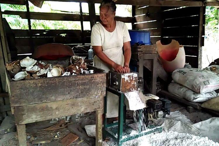 Proses pemarutan kelapa sebelum diolah menjadi minyak goreng di rumah Sumayati, Desa Sabuai, Kecamatan Kumai, Kabupaten Kotawaringin Barat