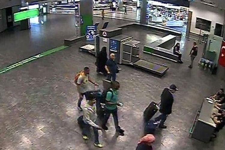 Potongan gambar memperlihatkan Mashal Saad al-Bostani (berbaju hijau) bersama pelaku pembunuhan jurnalis Arab Saudi Jamal Khashoggi lain saat sampai di Bandara Istanbul, Turki, pada 2 Oktober.
