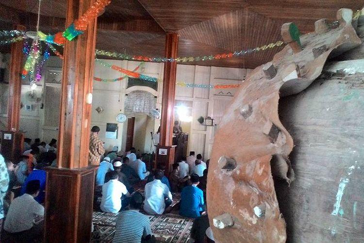 Masyarakat Jawa Tondano di Desa Reksonegoro, Kabupaten Gorontalo, saat melaksanakan shalat di masjid. Mereka masih melanjutkan puasa Ramadhan dengan puasa Syawal yang dimulai tanggal 2 Syawal.
