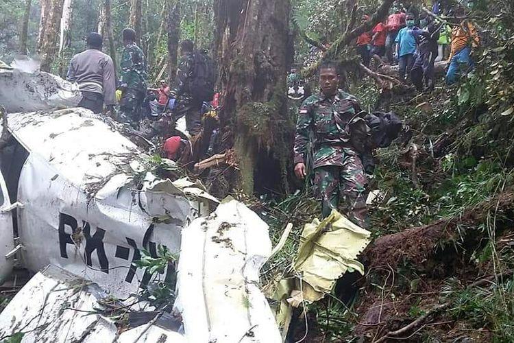 Proses evakuasi korban pesawat jatuh