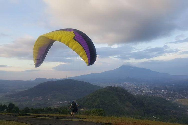 Wisata paralayang di Sumedang, Jawa Barat.