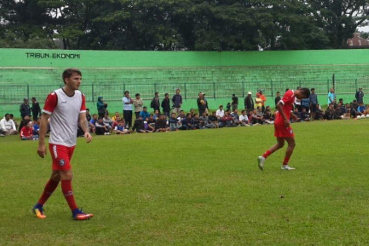 Gelandang Arema FC Pavel Smolyachenko saat latihan perdana di Stadion Gajayana, Kota Malang, Kamis (10/1/2019).