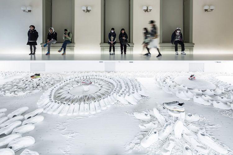 Pengunjung Museum Nasional Tokyo memandangi karya lanskap Nike Air Max ciptaan Masamichi Katayama.