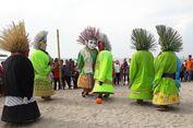 Melihat Lucunya Ondel-ondel Main Bola di Pantai Ancol