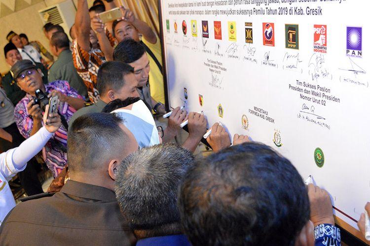 Para Ketua Parpol yang ada di Gresik saat menandatangani deklarasi Pemilu damai, Kamis (11/10/2018)