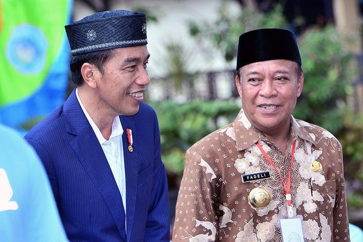 Presiden Joko Widodo (kiri) saat bersama Bupati Lamongan Fadeli, di sela kunjungan kerja di Lamongan, Kamis (8/3/2018).