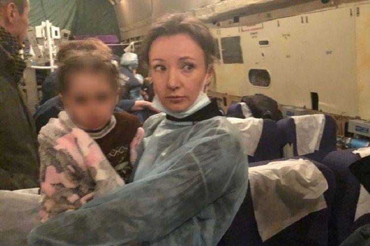 Ketua Ombudsman Hak Anak Rusia Anna Kuznetsova bersama anak-anak dari orangtua yang merupakan anggota ISIS berada dalam perjalanan pulang dari Irak.