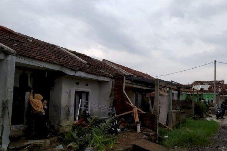 Bencana angin puting beliung yang terjadi di Kecamatan Rancaekek, Kabupaten Bandung, Jumat (11/1/2019) sore, merusak puluhan rumah di Perumahan Rancaekek Permai 2, Desa Jelegong.