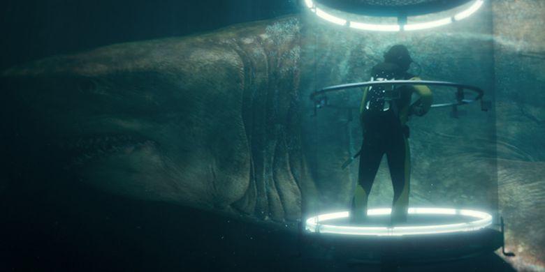 Seekor hiu raksasa dalam film The Meg melintas di kapal selam