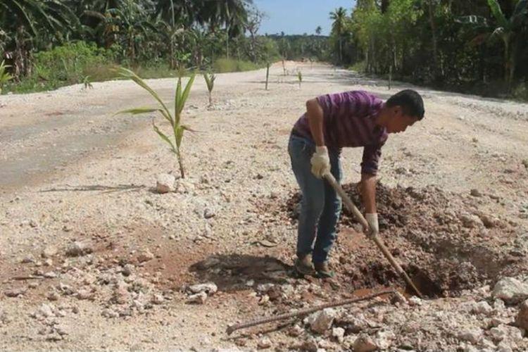 Warga Kelurahan Wandoga, Kecamatan Wangi-wangi,  Kabupaten Wakatobi, Sulawesi Tenggara ramai-ramai menanam kelapa dan pisang di tengah jalan. Aksi warga tersebut merupakan aksi protes terhadap pemerintah daerah yang belum membayar ganti rugi lahan warga yang telah dijadikan jalan keliling pulau Wangi-wangi.