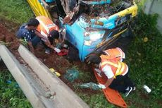 Truk Diesel Tabrak Elf Pengangkut Rombongan Pengantin di Tol Japek