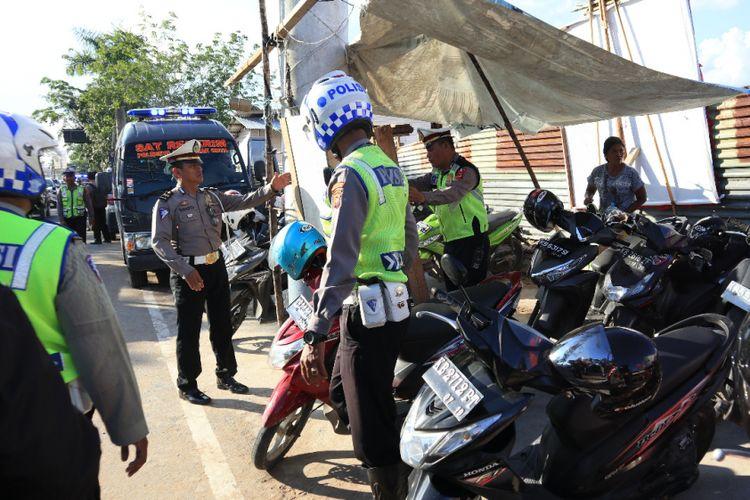 Polisi saat melakukan penertiban parkir liar di kawasan Transmart, Jalan Ahmad Yani II, Kubu Raya (5/6/2018)