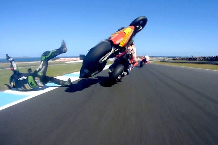 Johann Zarco terpelanting dari motornya, di mana sebelumnya menabrak bagian belakang motor Marc Marquez di GP Australia 2018.
