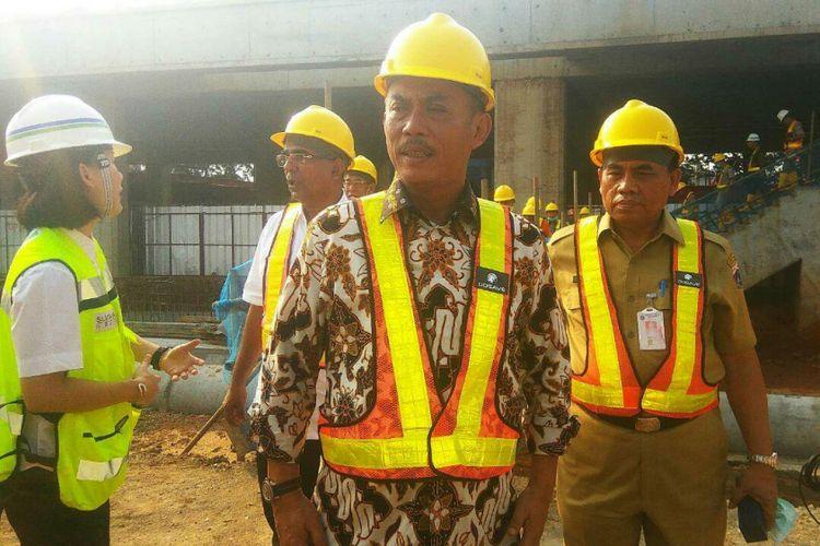 Ketua DPRD DKI Jakarta Prasetyo Edi Marsudi dan Sekretaris Daerah DKI Jakarta Saefullah saat mengunjung proyek mass rapid transit (MRT) di Lebak Bulus, Senin (10/7/2017).