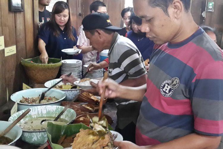 Pengunjung mengantri mengambil aneka sayur dan lauk pauk di Warung Kopi Klotok, Sleman, Kamis (10/8/2017)