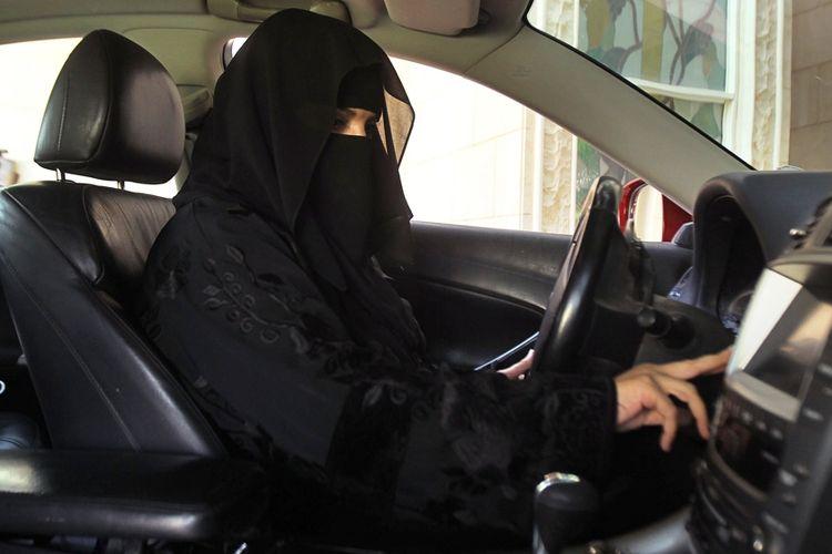 Perempuan Arab dibelakang kemudi.