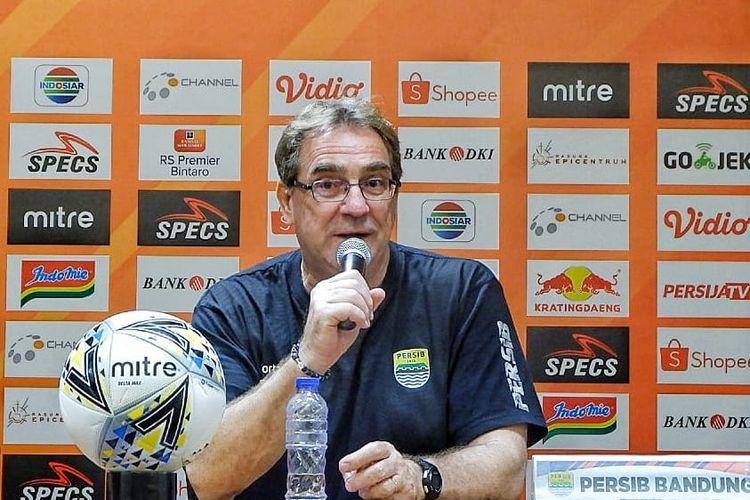 Robert Rene Alberts memberi keterangan pers seusai laga Persija Jakarta vs Persib Bandung di Stadion Utama Gelora Bandung, 10 Juli 2019. Hasil pertandingan Liga 1 tersebut adalah 1-1.