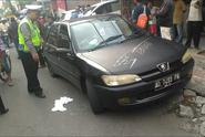 Mobil Tiba-tiba Berhenti di Tengah Jalan, 2 Penumpang Ditemukan Lemas Tak Sadar